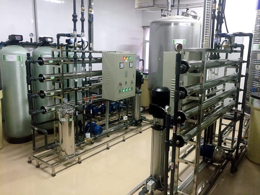 Nước sau khi trải qua quá trình lọc sạch toàn diện sẽ được chuyển tới hệ thống dàn chiết rót đóng bình.